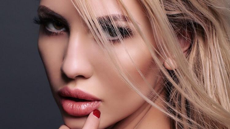 devushka-blondinka-resnicy